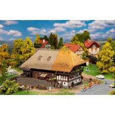 Faller 232395 - Zwarte Woud-boerderij met strodak