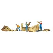 Preiser 10707 - Beim Stapeln von Brennholz