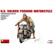 MiniArt 35182 - U.S. SOLDIER PUSHING MOTORCYCLE 1/35