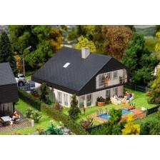 Faller 130642 - Woonhuis met platen dak